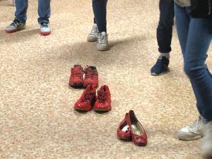 panchina rossa scarpe